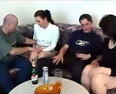 Vidéos d'orgie d'inceste familiale complète # 6