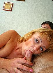 Père et sa fille trompent la mère blonde en la baisant