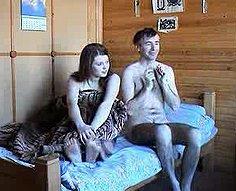 Père et fille regardent album de famille et vont sauvages