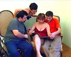 Vidéos d'orgie d'inceste de famille complète # 1