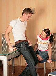 Hot teen à queue de cochon laisse son frère étirer sa fente serrée de tous les angles