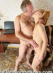 Vieux mec avec grosse bite pénètre les trous serrés de sa fille