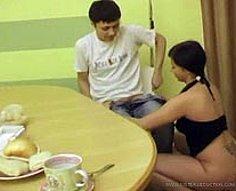 Hot hoochie avec des reins tatoués tire un fuck fest de cuisine avec son frère