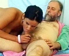 Une jeune nympho fait de son mieux pour que son grand-père âgé la baise