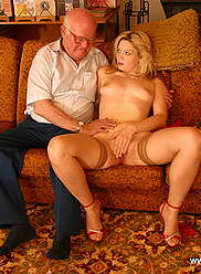 Chatte blonde affamée de sperme saute sur la vieille viande grasse de son grand-père