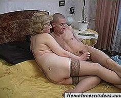 Un jeune chanceux marque avec sa mère blonde