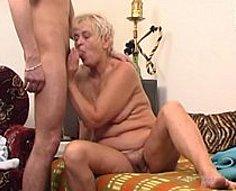 Jeune garçon fore la fente de sa mère en punition pour sa mauvaise conduite flagrante