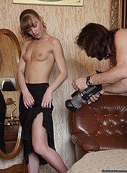 Horny père trouve moyen de séduire sa fille timide