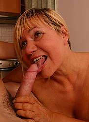 Teenage stud étire la fente de sa blonde chaude et crémeuse son ventre plein