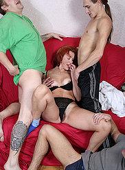 Garçons remplissent leur propre mère en lingerie rouge avec leurs grosses bites