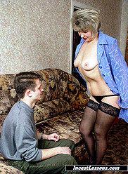 Dame mûre se déshabille après s'être fait prendre en train de se masturber devant la télé
