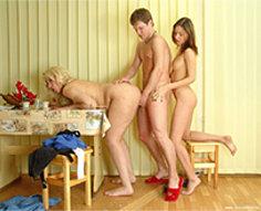 Mère séduit son propre fils pendant le petit déjeuner et soeur rejoint le