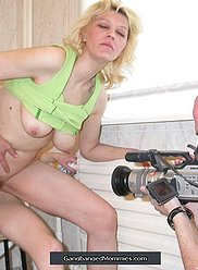 Une blonde séduisante se fait pervertir par ses fils lascifs