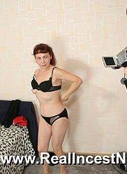 Salope mature a tellement faim sans sexe qu'elle a demandé à son fils de la frapper
