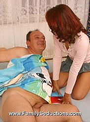 Teeny à la peau foncée pénètre dans les pantalons de son papa - voir photos XXX exclusives