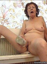 Découvrez une grand-mère ayant des relations sexuelles avec une bouteille et son petit-fils