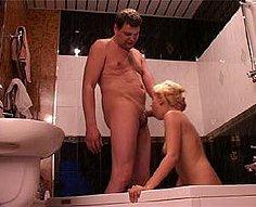 Père pervers se déchaîne avec sa fille blonde dans le bain
