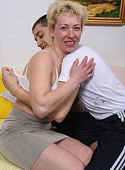 Mature explore le cul d'un garçon chaud