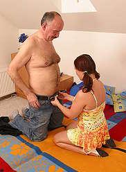 Kinky vieux mec donne à sa belle petite fille une bonne leçon de sexe