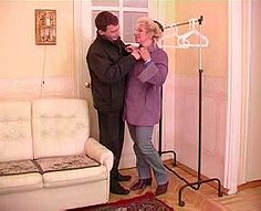 Horny fils aide sa mère à se déshabiller et la baise