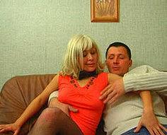 Un garçon et une fille reçoivent leur première leçon de sexe de leurs parents nymphomanes