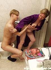 Photos de famille cruelles dans la salle de bain