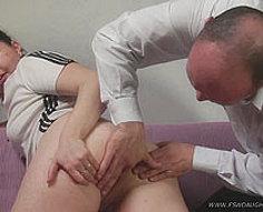 Une fille demande à son papa de lui montrer comment utiliser un lavement - et se fait enculer