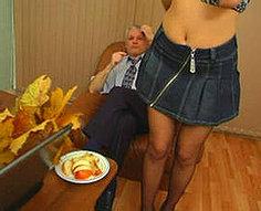 Fille taquine son père avec un striptease et baise