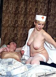 Une infirmière mature cornée fournit