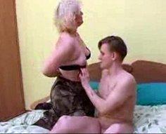 Maman écarte ses jambes ensemencées laissant son fils brancher sa vieille chatte juteuse