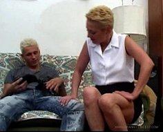 Mec mignon avec des cheveux teints montre sa grand-mère dodue ce que sa bite est faite pour