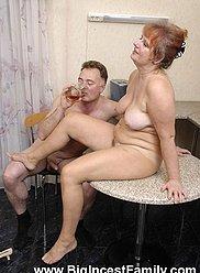 Père et grand-mère ont un thé se terminant par le sexe sale sur la table