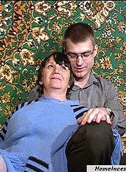 Une grand-mère punit son propre jeune fils