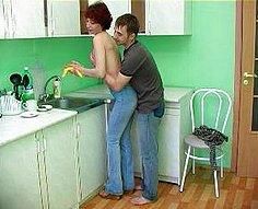 Lewd fils séduit sa charmante mère dans la cuisine