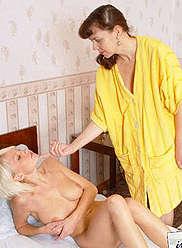 Dame mature et sa jeune fille se touchant et se léchant