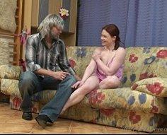 Les jeux de Teeny avec son père se retrouvent avec un vrai baiser d'inceste méchant