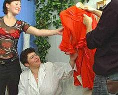 Papa généreux et maman montrent leur teen citrouille ce qui est vraiment fou putain