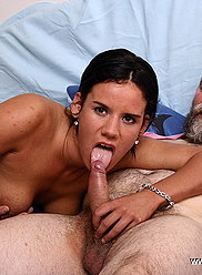 Une jolie fille fait baiser son grand-père au lieu de se branler