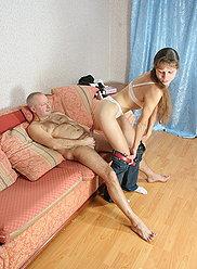 Vieux gros mec claque son shlong dans l'arraché de sa fille adolescente coquine