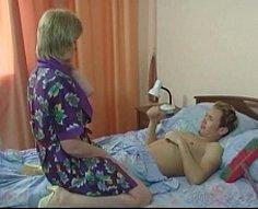Maman blonde secoue sa plume énorme queue sur la tige de viande de son fils
