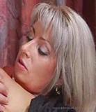 MILF blonde juteuse jette ses longues jambes galbées pour son fils adolescent maigre