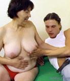 Boy cogne pour la toute première fois de sa vie - avec sa maman à la peau pâle