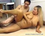 Horny teen écolier laisse sa maman lâche et charnue l'aider à perdre la virginité