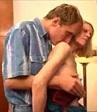 Garçon fourre sa verge entre les jambes charnues de sa grand-mère