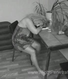 Vidéo de pénétration nocturne # 6 - Un adolescent se déshabille et se tape sa maman qui s'est endormie à la table