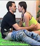 Horny père aide sa adorable adolescente à se débarrasser de sa virginité