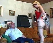 Teen en bas bandes pour son grand-père et prend son vieux shlong ridée