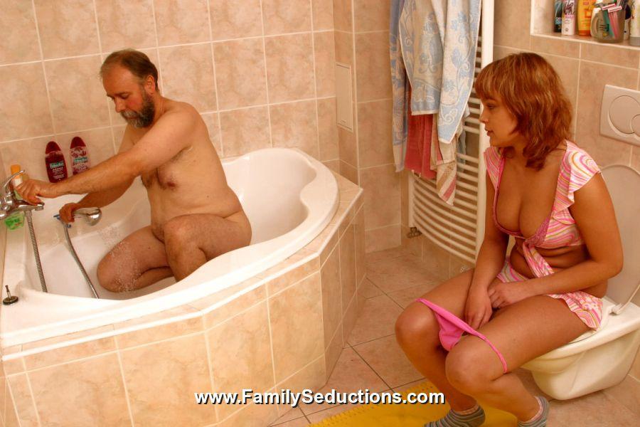 Дед с внучкой в ванной порно видео